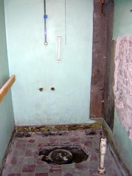 Duschen som sagt. Ser ni golvet - det gömde sig gammalt klinker under plastmattan vi rev upp. Men de måste bila upp och byta ut golvbrunnen så det gick tyvärr inte att rädda