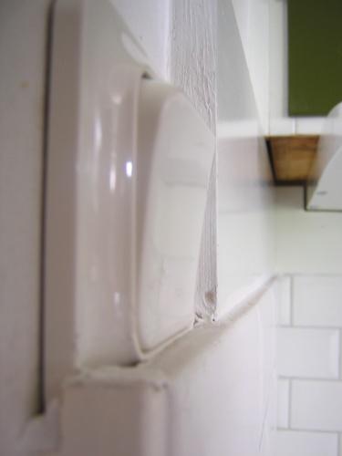 Ser ni lysknappen - inget har ändrats! Den är fortfarande halvt gömd under kaklet