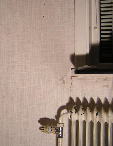och det är sprickor under/runt fönsterbrädan