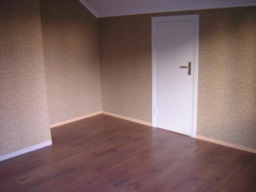 Hörnet mot muren, dörren in till kallskrubben till höger och det syns att det är snedtak