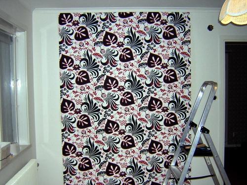 Samma vägg som dörren in till rummet