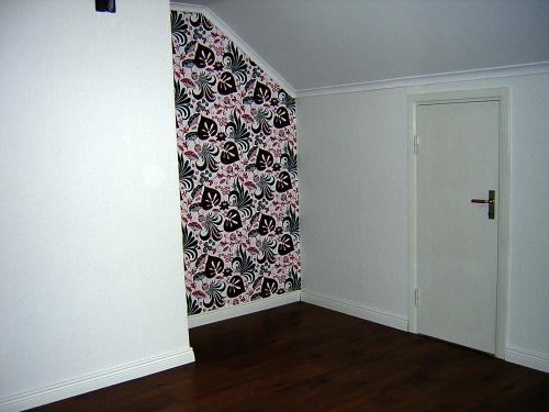 Samma hörn som syns ovan och samma dörr till skrubben som på bilden från visningen högts upp