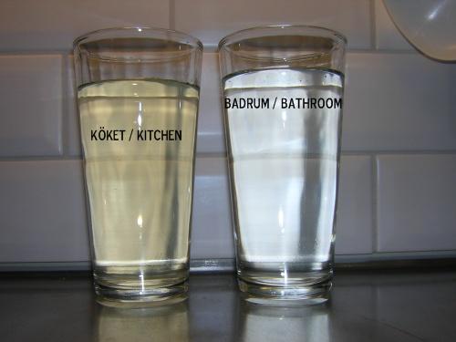 Taget mot mitt fina kökskakel - samma typ av IKEA glas. Skillnaden syns ju jätteväl!