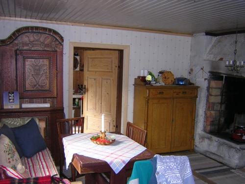 Skåpen, en bit av soffan och det lilla bordet och dören ut.