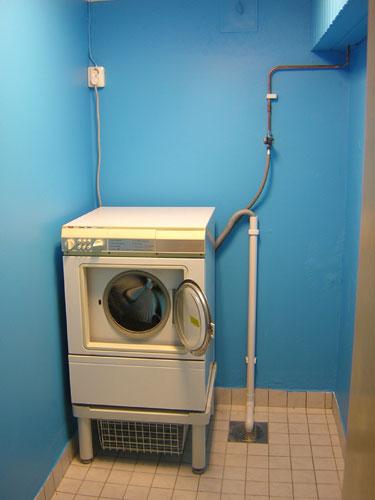 Med gamla tvättmaskinen installerad \0/ Tur man har vänner till hjälp. TACK!