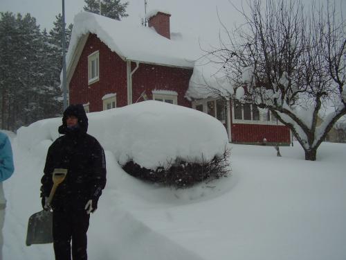 .. så var det dags att kolla in baksidan. Där det tog stopp en stund och bara stirra på all snön på infarten.
