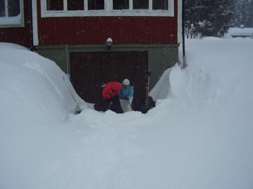 Tur att man har en granne som tar största delen av gården som sagt, men nedfarten till garaget tar jag själv. Och den var full i snö så det var bara att knuffa snön uppför backen och hoppas att grannen kom förbi med traktorn senare och tog resten